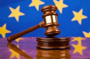 Richterhammer und EU-Fahne