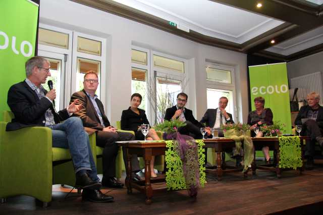 Norbert NICOLL (ATTAC) wird Sie durch den Abend führen. Auf dem Podium vertreten sind unter anderen der Vorsitzende der ECOLO Fraktion im PDG Freddy MOCKEL, Abgeordneter déi gréng Claude ADAM (Luxemburg), Staatssekretär Dr. Thomas GRIESE (Rheinland-Pfalz), Fraktionsvorsitzender der Landtagsfraktion Reiner PRIGGEN (Nordrhein-Westfalen), Coen VAN GUGTEN (GroenLinks, Maastricht) und natürlich die grüne Europaabgeordnete Ska KELLER .