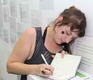 Nora Wagener signiert ihr Buch